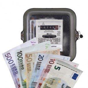Strom, Kosten, Geld. Stromzähler und Euro.